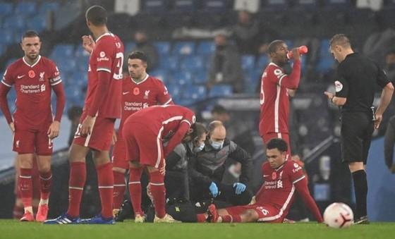 Một cầu thủ sung sức như Trent Alexander-Arnold (Liverpool) vẫn có thể chấn thương dù không va chạm. Ảnh: Getty Images