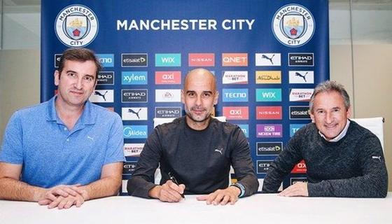 Pep Guardiola chính thức ký hợp đồng mới 2 năm với Man.City. Ảnh: Getty Images