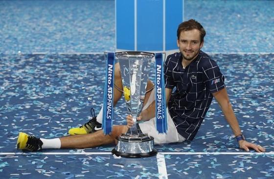 Daniil Medvedev hạnh phúc bên cạnh danh hiệu lớn nhất trong sự nghiệp.