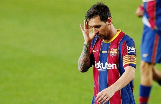Lionel Messi muốn rời Barcelona cũng khó. Ảnh: Getty Images