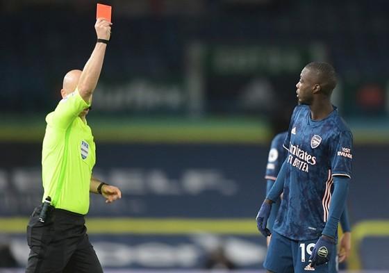 Nicolas Pepe và chiếc thẻ đỏ đẩy Arsenal vào khó khăn. Ảnh: Getty Images