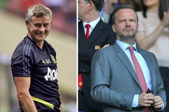 Ed Woodward (phải) một lần nữa nhấn mạnh về sự ủng hộ mà Man.United đang dành cho Ole Gunnar Solskjaer.