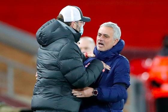 """Thua trận mất ngôi đầu, Mourinho """"cay mũi"""" chỉ trích thái độ đồng nghiệp ảnh 1"""