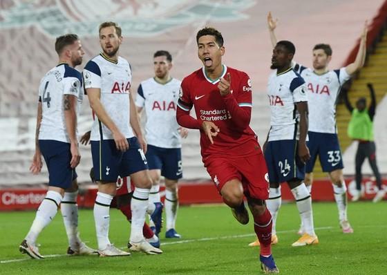 Roberto Firmino mừng pha ghi bàn quyết định đưa Liverpool lên ngôi đầu.