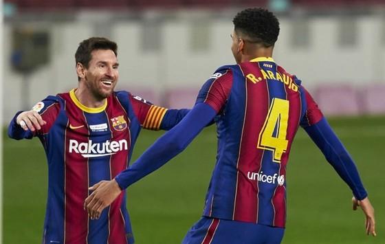 Lionel Messi mừng cột mốc ghi bàn lịch sử không trọn vẹn. Ảnh: Getty Images