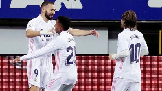 Karim Benzema tiếp tục truyền cảm hứng cho màn trở lại của Real. Ảnh: Getty Images