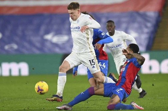 Leicester (trái) vươn lên ngôi nhì bảng dù chỉ hòa 1-1 tại Crystal Palace. Ảnh: Getty Images