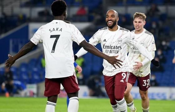 Alexandre Lacazette nén đau ghi bàn giúp Arsenal chiến thắng. Ảnh: Getty Images