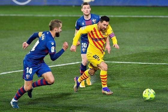 Suarez đưa Atletico trở lại ngôi đầu, Messi giúp Barca bám đuổi ảnh 1