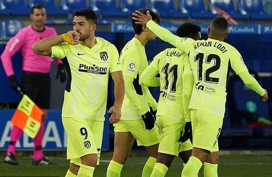 Luis Suarez tiếp tục ghi những bàn thắng quyết định cho Atletico Madrid.