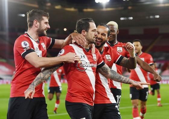 Danny Ings mừng bàn thắng quan trọng giúp Southampton chiến thắng. Ảnh: Getty Images