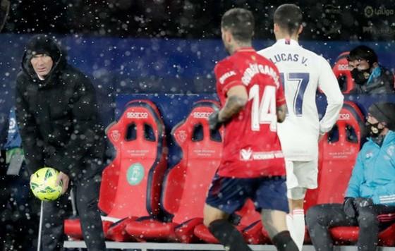 HLV Zinedine Zidane chứng kiến trận đấu trong mưa tuyết