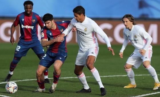 Real Madrid (phải) đã không thể ngăn Levante tạo nên cú sốc. Ảnh: Getty Images