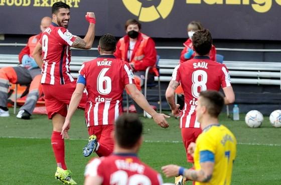 """Messi ghi bàn giúp Barca… """"bám đuôi"""" Suarez ảnh 1"""
