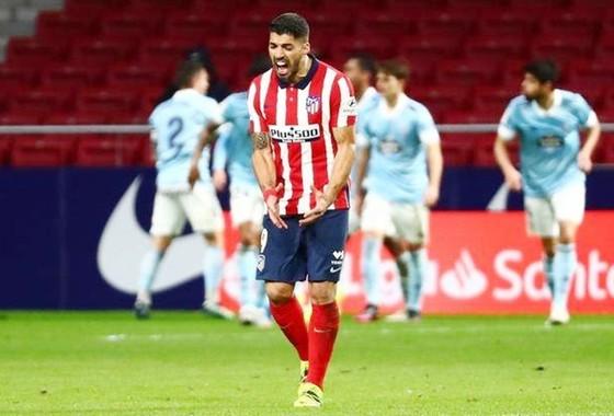 Luis Suarez thất vọng khi chứng kiến các bàn thua khiến Atletico mất điểm đáng tiếc.