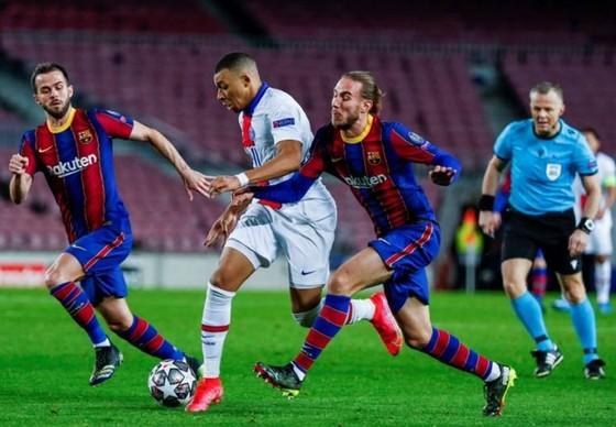 Mbappe ghi hat-trick, Paris SG vùi dập Barca ảnh 1