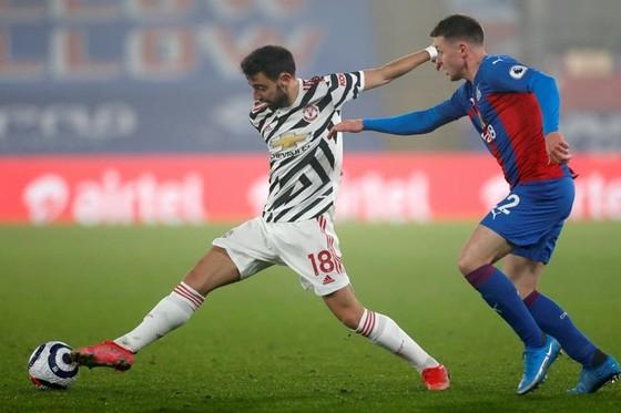 Man.United (trái) tiếp tục bế tắc và thấy cơ hội vô địch cạn dần. Ảnh: Getty Images