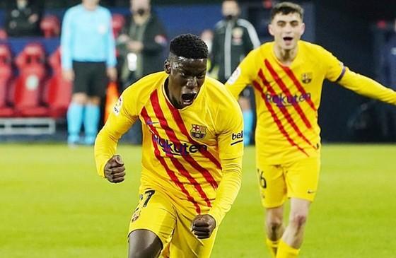 Ilaix Moriba phấn khích tột độ sau thắng đầu tiên cho Barcelona. Ảnh: Getty Images