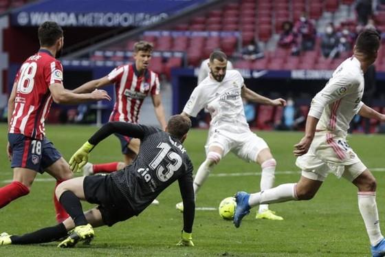 Benzema gỡ hòa derby Madrid, giúp Real nuôi hy vọng ảnh 1