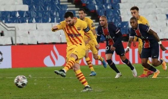 Lionel Messi đá bay cơ hội lật ngược tình thế của Barca từ chấm 11m. Ảnh: Getty Images
