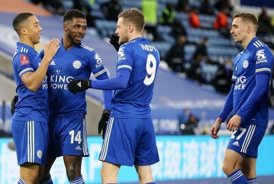 Kelechi Iheanacho đã tỏa sáng để giúp Leicesterb vào bán kết. Ảnh: Getty Images