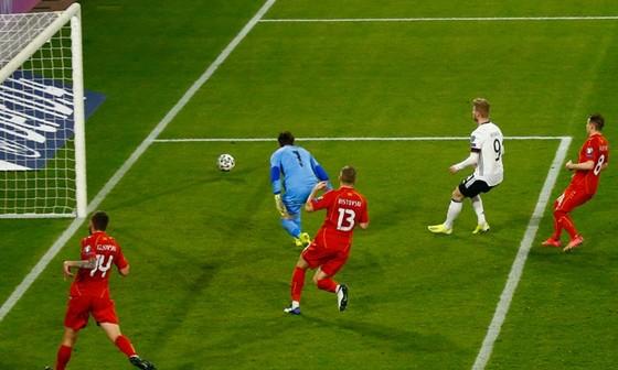 Timo Werner tiếc nuối nhìn quả bóng đi chệch khung thành.