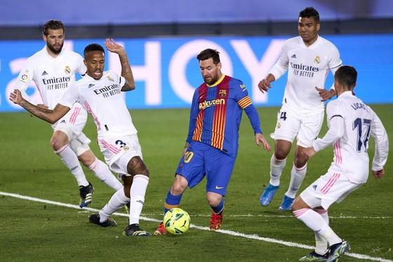 Real Madrid thắng El Clasico để lên đỉnh La Liga ảnh 1