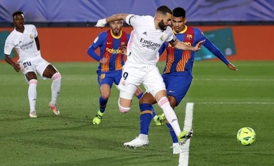 Pha đánh gót nhạy cảm ghi bàn mở tỷ số của Karim Benzema. Ảnh: Getty Images