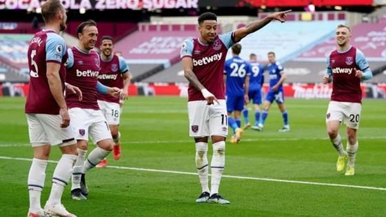 Quỷ đỏ đòi nợ thành công Tottenham, West Ham trở lại tốp 4 ảnh 1