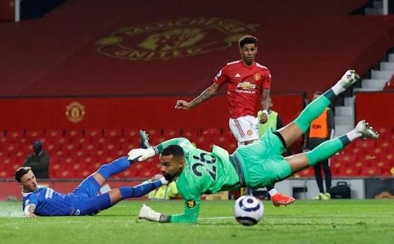 Màu áo đỏ của Man.United hòa vào màu đỏ khán đài sân Old Trafford.