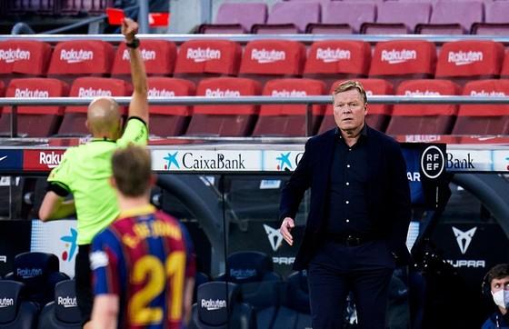 HLV Ronald Koeman đối mặt nguy cơ cấm chỉ đạo 2 trận trước Valencia và Atletico Madrid.