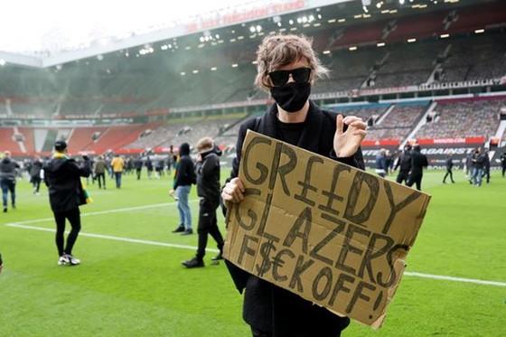 """""""Derby Anh quốc"""" phải hoãn vì CĐV chủ nhà biểu tình ảnh 1"""