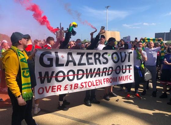 Nhà Glazer viết thư ngỏ xoa dịu người hâm mộ Man.United ảnh 1