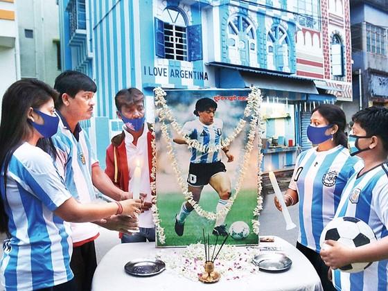 Người hâm mộ Argentina tưởng nhớ Cậu bé vàng.