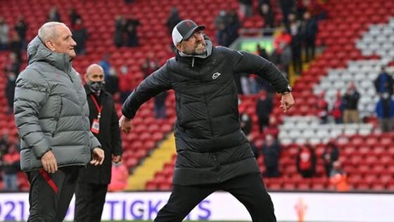 HLV Jurgen Klopp đầy phấn khích khi giành quyền dự Champions League. Ảnh: Getty Images