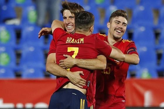 Các cầu thủ trẻ Tây Ban Nha hạnh phúc với cơ hội ra mắt đầy bất ngờ này.