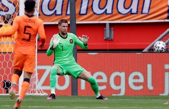 Maarten Stekelenburg chỉ vừa chơi trận đầu tiên sau gần 5 năm cho tuyển Hà Lan.