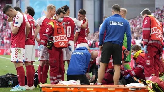 Đội ngũ y tế của tuyển Đan Mạch đã thành công giành lại sự sống của Christian Eriksen.