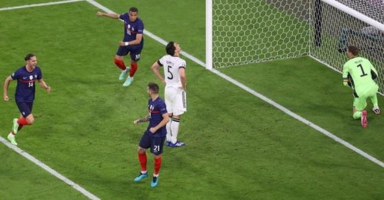Pháp - Đức 1-0: Đức bại trận vì bàn đá phản tai hại của Mats Hummels ảnh 1