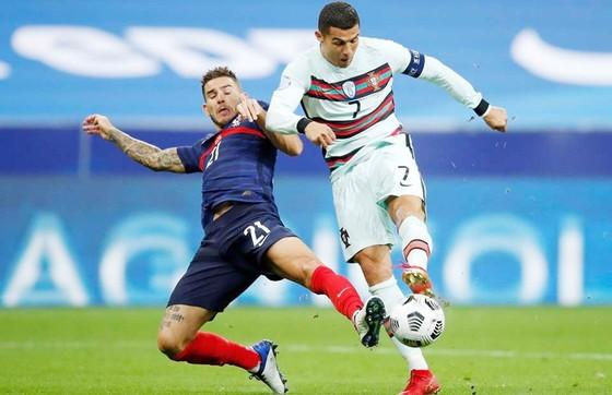 """Cristiano Ronaldo trong lần gần nhất bị """"khóa chân"""" trước tuyển Pháp."""