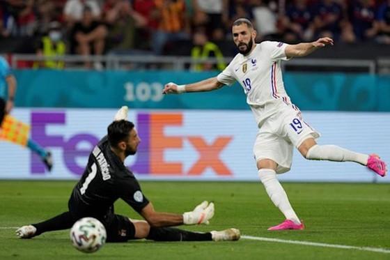 Bồ Đào Nha - Pháp 2-2: Ronaldo cân bằng kỷ lục bằng cú đúp  ảnh 1