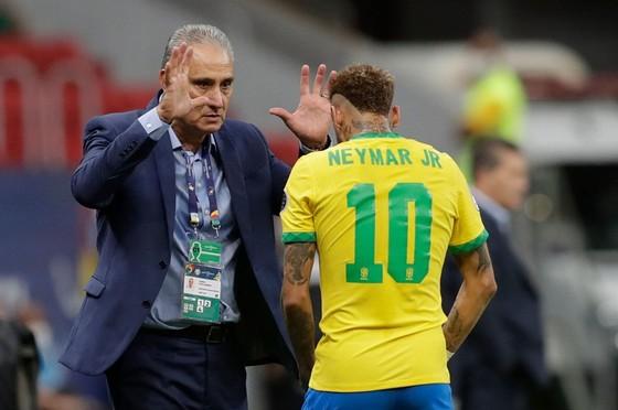 HLV Tite và ngôi sao Neymar tại giải đấu.