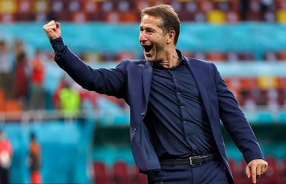 HLV Franco Foda phấn khích khi cùng tuyển Áo vượt qua vòng bảng. Ảnh: Getty Images