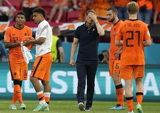 HLV Frank de Boer tỏ rõ rất thất vọng sau trận đấu.