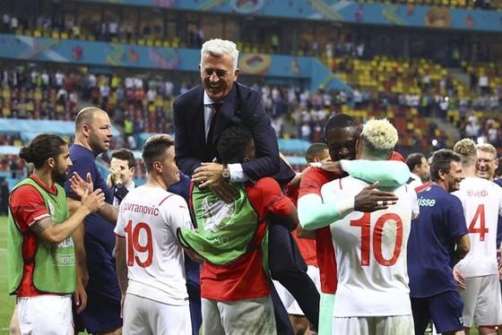 HLV Vladimir Petkovic và các học trò ăn mừng đầy phấn khích.