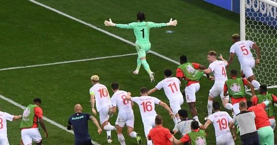 Pháp - Thụy Sĩ 3-3 (luân lưu 4-5): Mbappe sút hỏng luân lưu, Gà trống bị loại tức tưởi ảnh 2
