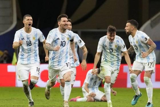 Lionel Messi vui mừng sau chiến thắng trên loạt sút luân lưu.