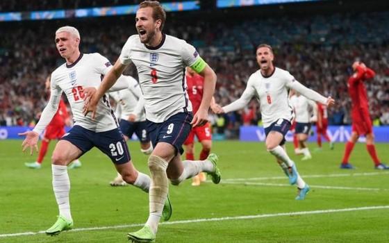 Đội trưởng Harry Kane mừng ghi bàn quyết định đưa tuyển Anh vào trận chung kết lịch sử.
