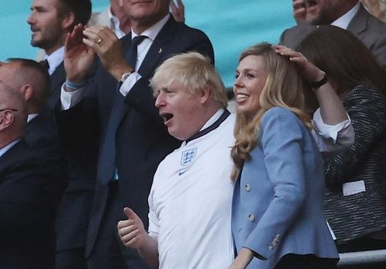 Thủ tướng Anh, Boris Johnson và vợ phấn khích khi dự khán trận bán kết.