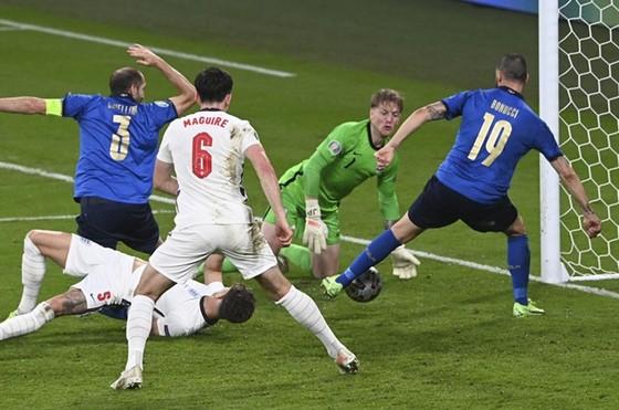 Italy - Anh 1-1 (3-2 luân lưu): Tam sư gục ngã trước thiên đường, Azzurri số 1 châu Âu sau 53 năm ảnh 3